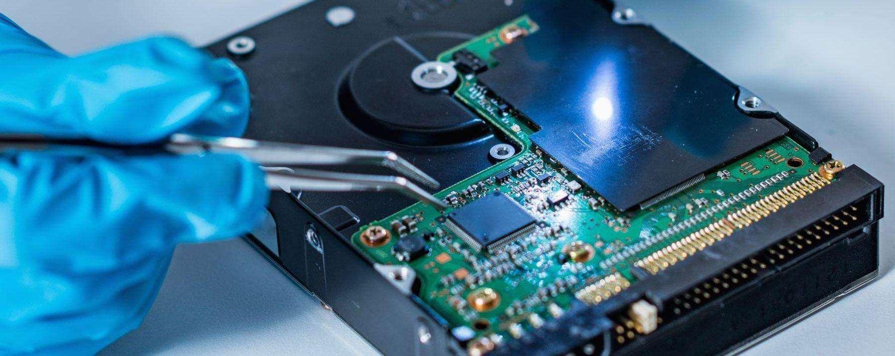 Festplatte wird mit Pinzette bearbeitet. Data Science benötigt Daten.