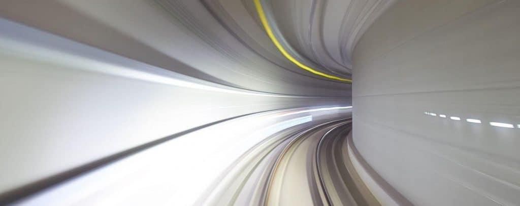 Verschwommene futuristische Tunnelfahrt. Deep Learning ist die Zukunft.