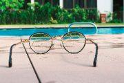Brille am Pool stellt Objektorientierte Programmierung dar